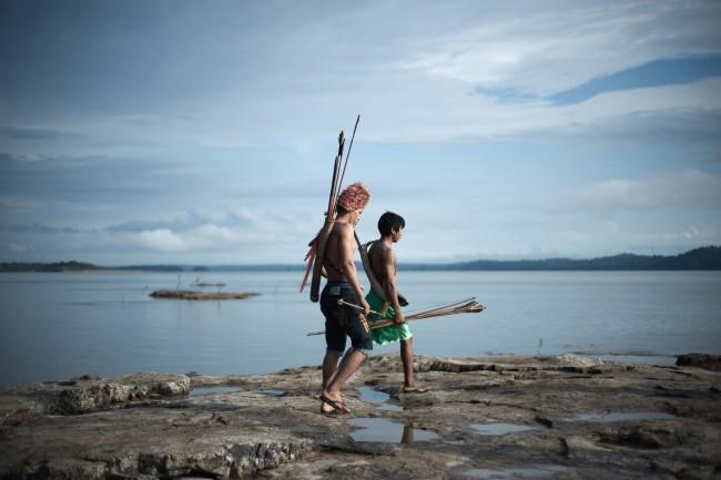 Mundurukus nos pedrais do Tapajós, que seriam submersos pela usina de São Luiz (Foto: Anderson Barbosa/Greenpeace)