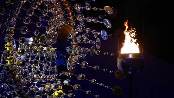 A escultura movida a energia eólica e a pira olímpica