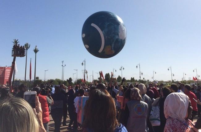Participantes da COP22 brincam com bola de plástico no último dia da conferência de Marrakesh (Foto: OC)