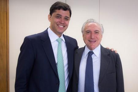 Para provar que não tem preconceito, Temer posa com índio no Planalto (Foto: Romério Cunha/Presidência da República)