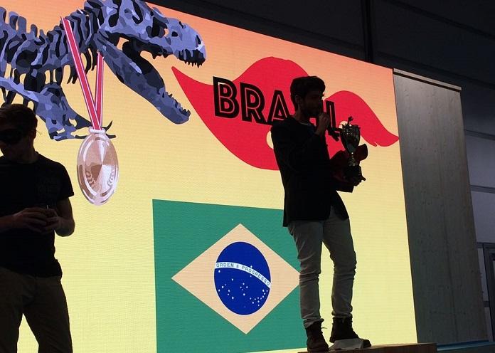 O ativista Iago Hairon recene o Fóssil do Dia pelo Brasil