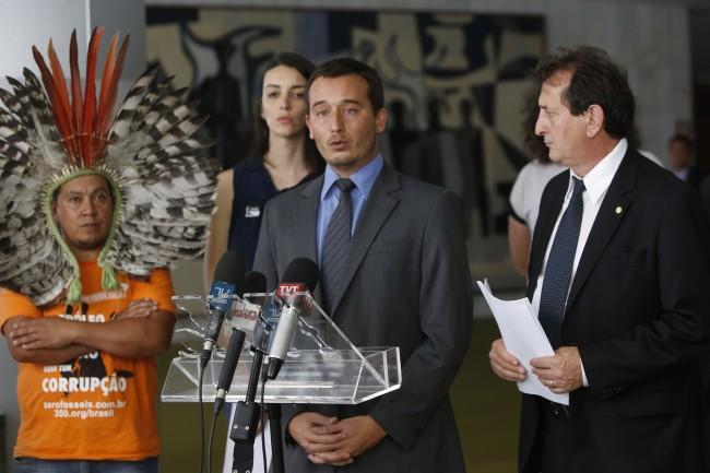 Da esq. para a dir.: Kretã Kaingang, Nicole Machado (350.org), Thiago Almeida (Greenpeace) e Nilto Tatto (PT-SP) (Foto: Adriano Machado/350.org Brasil)