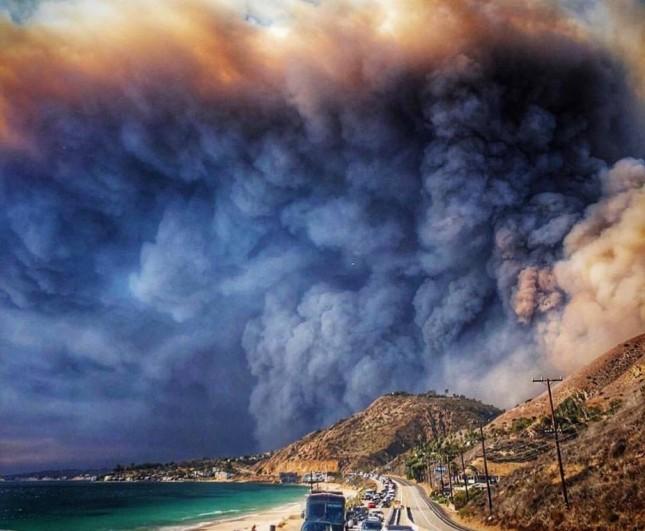 População evacua Malibu, na Califórnia, durante incêndio